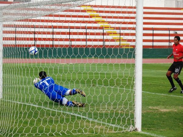 NO PUDO CONTENERLA. Mendoza no pudo detener un tiro libre de Saco Vértiz, y le permitió a los locales conseguir el primer tanto del partido a los 19 minutos. (Foto: José Salcedo / DeChalaca.com)