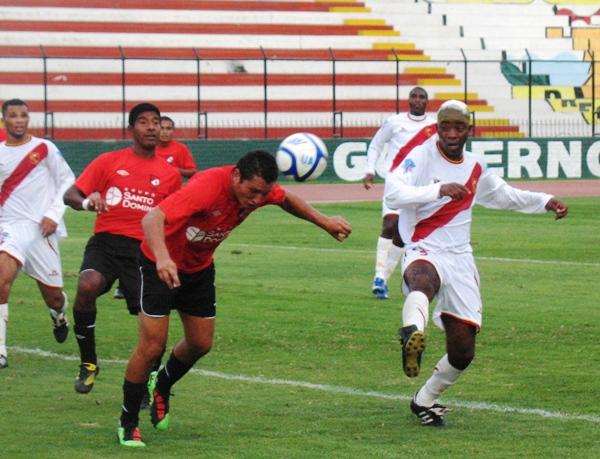 LAMENTO TOMA I. Farfán no puede llegar a un balón en el área chica de Amárica y solo atina a observar cómo Rocca despeja de cabeza. (Foto: José Salcedo / DeChalaca.com)
