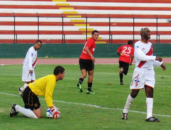 LAMENTO TOMA II.  Castells logra anticiparse a la 'Foca' Farfán y acaba con un ataque del 'Taladro'. (Foto: José Salcedo / DeChalaca.com)