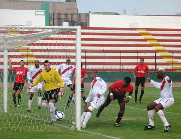 CANTA Y NO LLORES. Tras un balón parado, Marengo puso el empate en el Miguel Grau. (Foto: José Salcedo / DeChalaca.com)