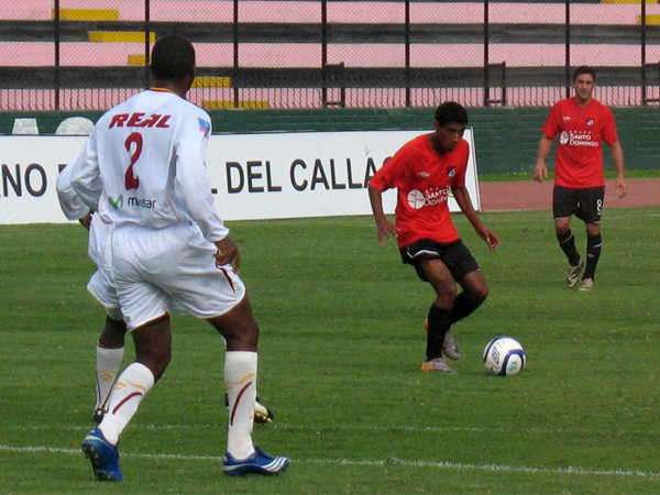 MIRADA PUESTA. Raúl Casas observa su destino de pase para generar alguna jugada de gol. Manuel Marengo observa de cerca la acción. (Foto: José Salcedo / DeChalaca.com)