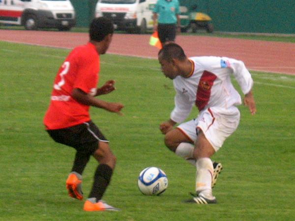 BUSCANDO LLEGAR. Jorge Navarrete trata de pasar a Raúl Casas para intentar encontrar un camino de gol. (Foto: José Salcedo / DeChalaca.com)