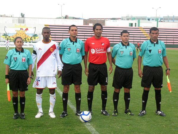 HOMBRES LIDERES. César Charún y Wilkin Cavero se ponen para la foto correspondiente a la cuarta fecha de la Segunda División 2011. (Foto: José Salcedo / DeChalaca.com)