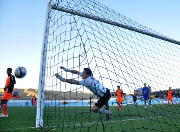 NO LO SORPRENDEN. Coronado se lanza con todo para desviar un peligroso cabezazo que se tenía destino de gol. El portero de Minero cumplió una gran labor durante los noventa minutos. (Foto: Diario Los Andes)
