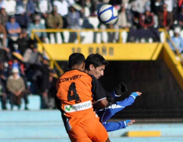 POR UNA CABEZA. Espinoza logra saltar más que los jugadores de Unicachi y rechaza un balón que se aproximaba peligrosamente hacia su área. (Foto: Diario Los Andes)