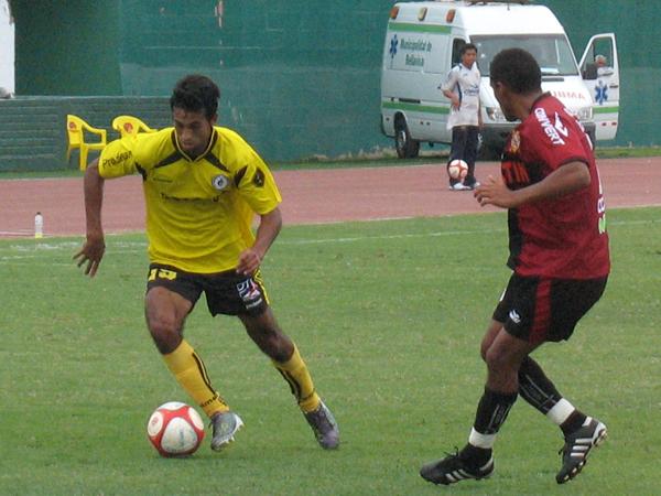 CORAJE. Maguiña mostró todo su temperamento en cada jugada. El volante de Coopsol complicó a la zaga universitaria. (Foto: José Salcedo / DeChalaca.com)