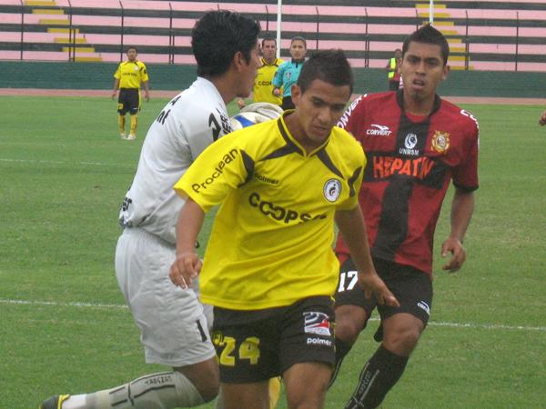 MOLESTO Y RESIGNADO. Herrera no pudo reeditar anteriores actuaciones ante San Marcos y pasó desapercibido en ataque. (Foto: José Salcedo / DeChalaca.com)