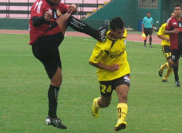 CASI LO MATAN. Herrera estuvo muy cerca de quedar mal herido luego de una imprudente acción de Cárdenas. (Foto: José Salcedo / DeChalaca.com)