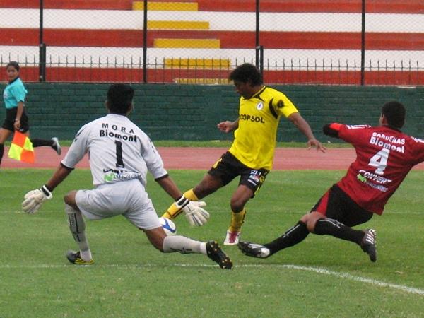 SE QUEDÓ EN EL TIEMPO. Carty no desequilibró como se esperaba. El 'Avestruz' no tuvo ocasiones claras de gol. (Foto: José Salcedo / DeChalaca.com)
