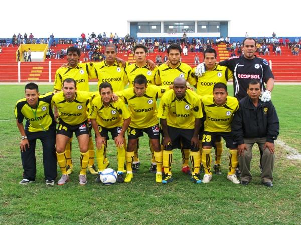 ¡QUÉ CARITA! Los jugadores de Coopsol posaron con cara de pocos amigos para la foto de rigor antes del partido ante U América. (Foto: Radio Líder de Chancay)