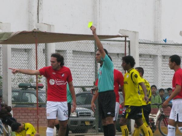EL SHOW DE LAS TARJETAS. Tras la roja a Funes, los jugadores de U América le reclamaron constantemente al árbitro del partido.  (Foto: Radio Líder de Chancay)