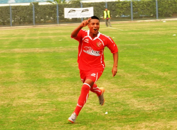 EL PROTAGONISTA. Castillo celebró eufórico su tanto de tiro libre. (Foto: Abelardo Delgado / DeChalaca.com)