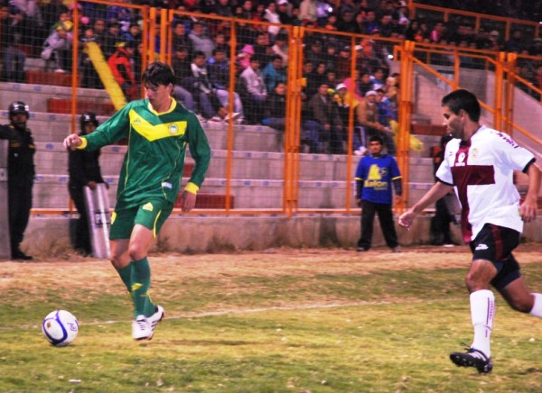 SABE MOVER SU PELOTA. Lenci demostró ante San Marcos que también sabe jugar fuera del área. El argentino volvió a cumplir una destacada actuación con la 'Amenaza Verde'. (Foto: Miguel Guimaray)