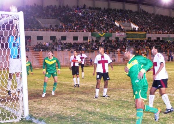 CAZADOR DE GOLES. Lenci siempre estuvo atento ante cualquier error de Mora. El argentino es una fiera dentro del área. (Foto: Miguel Guimaray)