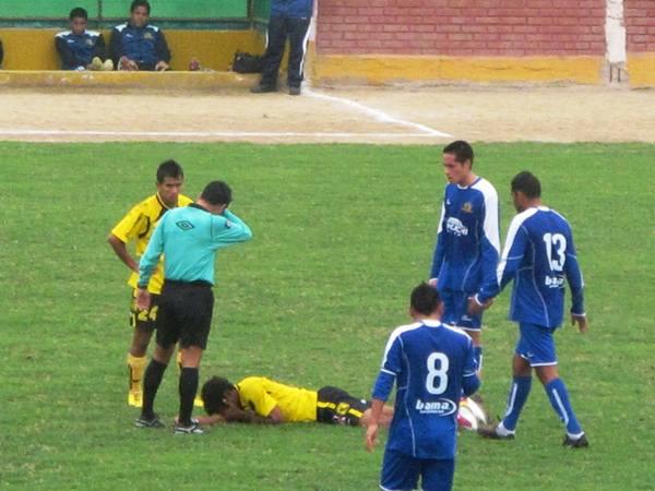 NO HAY RESPETO. Germán Carty, goleador de la Sudamericana y uno de los máximos artilleros del fútbol peruano, también recibió golpe de parte de los defensores de Unicachi. (Foto: Radio Líder de Chancay)