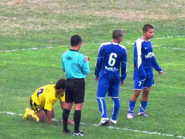 SE ESFUMÓ. La amarilla que sacó el árbitro principal, Joel Alarcón, fue para Pedro Sanguinetti, quien ni corto ni peresozo salió de la situación.  (Foto: Radio Líder de Chancay)