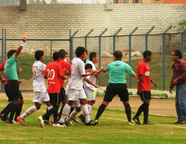 SE FUE. En el último minuto del partido, Ventura se fue expulsado por juego fuerte. (Foto: Abelardo Delgado / DeChalaca.com)