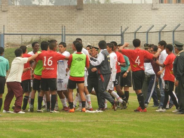 Y MÁS PROBLEMAS. El final del partido se vio empañado por una gresca entre los jugadores de ambos equipos. (Foto: Abelardo Delgado / DeChalaca.com)
