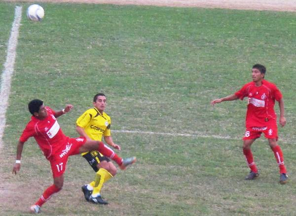 SIGUE VIGENTE. Paolo Maldonado sigue moviendo la pelota en Chancay y demostró que todavía tiene cuerda. El menudo volante abrió el marcador a favor de Coopsol. (Foto: Radio Líder de Chancay)