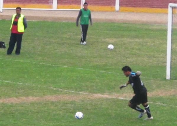 PARA ADELANTE.  Giordano Gallegos se dispone a sacar un balón para comenzar un ataque tacneño. (Foto: Radio Líder de Chancay)