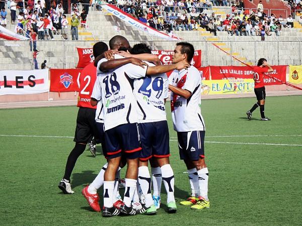 LA UNIÓN POR EL ÚNICO. La mayoría de los jugadores de Gálvez fueron a abrazar a Janio Posito. Sería el gol de la victoria que mantiene a Gálvez con grandes probabilidades de ascender. (Foto: Diario de Chimbote)