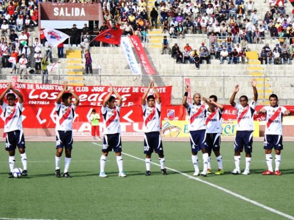 SALUDA A SU GENTE. Ante un marco respetable de público, Gálvez salía ovacionado por sus hinchas, leales como siempre. (Foto: Diario de Chimbote)