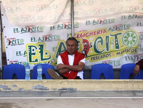 UN HISTÓRICO EN EL BANCO. César 'El Huevo' Adriazola, histórico defensor de Universitario y del fútbol peruano entre los 70's y 80's. (Foto: Diario de Chimbote)