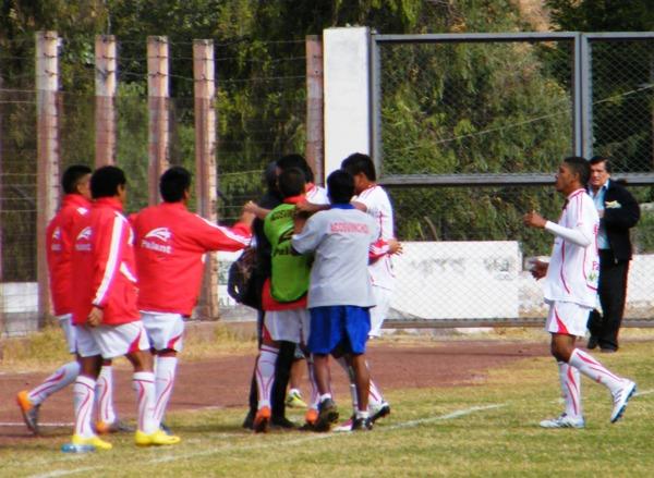 UNO PARA TODOS. Goya puso el transitorio 1-1 y celebró su conquista con el banco de suplentes de su equipo. (Foto: Wagner Quiroz / DeChalaca.com)