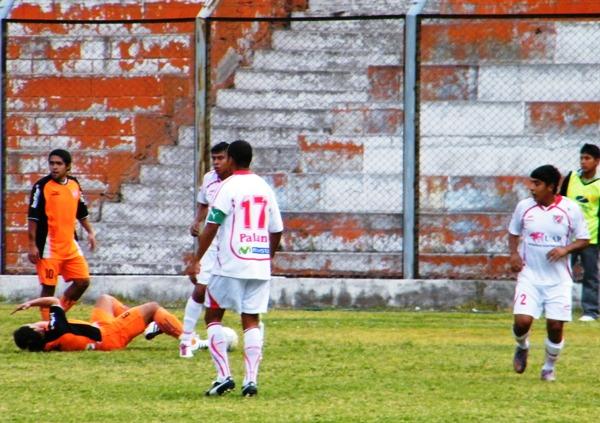 AJUSTES NECESARIOS. El bloque defensivo de Acosvinchos conformado por Motta, Reátegui, Coello y Gómez no dudó en poner la pierna fuerte para detener a  los jugadores de Minero. (Foto: Wagner Quiroz / DeChalaca.com)