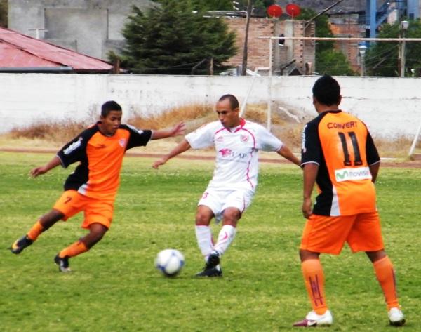 CON ÉL NO SE JUEGA. Nalvarte intenta salir jugando de su área, pero es incomodado por Arias, quien intenta quitarle la pelota. (Foto: Wagner Quiroz / DeChalaca.com)