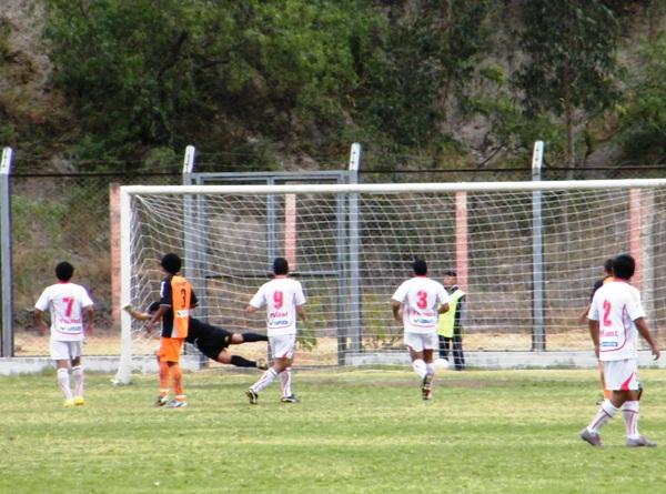 POR POQUITO. Un tiro libre de Lovera que pegó en el poste fue lo más peligroso que ofreció Acosvinchos antes del tanto de Gómez. (Foto: Wagner Quiroz / DeChalaca.com)