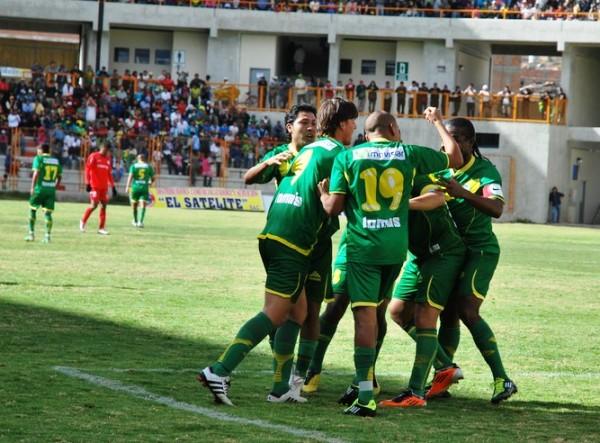 UN RICO APANADO. Encabezados por Lenci, los jugadores de la 'Amenaza Verde' felicitaron de esta manera a Portillo luego de su conquista. (Foto: Miguel Guimaray)