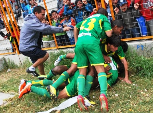 LE TENÍAN GANAS.  Los jugadores de la 'Amenaza Verde' se pusieron como locas tras el tanto de Carrillo. Fue el 3-1. (Foto: Miguel Guimaray)