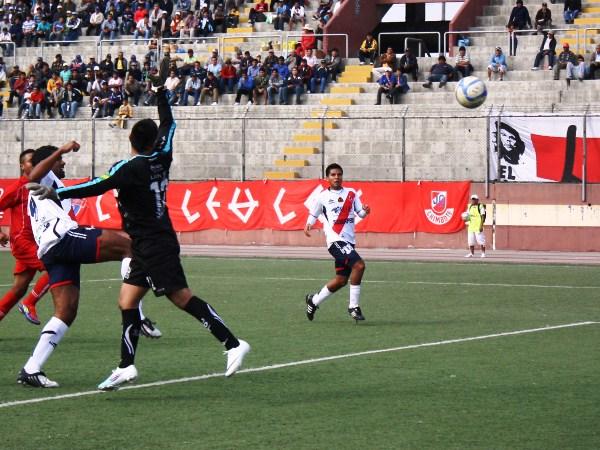 EL PRIMER CAÑON. Miguel 'Tanque' Silva anotaba el primer gol para José Gálvez tras la salida de Giordano Gallegos. (Foto: Diario de Chimbote)