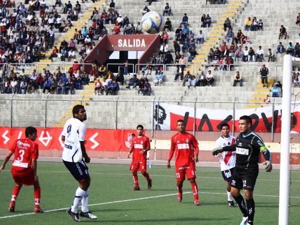 SE SIENTEN PASOS. El ataque chimbotano no cesaba en el arco de Gallegos. Miguel Silva era la principal carta de gol.  (Foto: Diario de Chimbote)