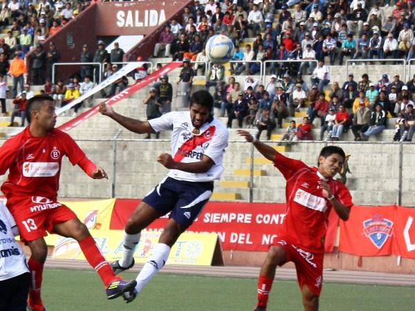 INALCANZABLE. En el juego aéreo, Miguel Silva lució imbatible por los defensas de Coopsol. (Foto: Diario de Chimbote)