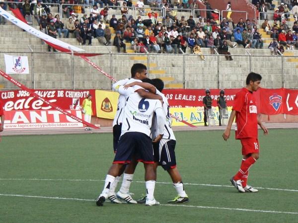 FECHA 09. El recién ingresado, Johnny Obeso, y Moisés Cabada celebran el tanto de 'Lucho' Mayme. Uno de los 3 que le anotó Gálvez a Bolognesi. (Foto: Diario de Chimbote)