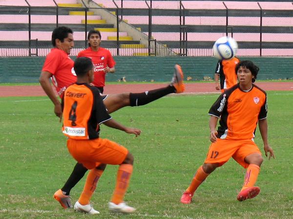 PROBLEMAS PARA DOMINAR. A pesar de haber anotado un gol en el encuentro, Wilkin Cavero no estuvo preciso en el ataque de U de América. (Foto: José Salcedo / DeChalaca.com)