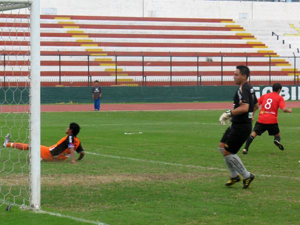 UN COMIENZO. Guillermo Saco Vértiz anota el 1-0 a favor de U de América. Ventaja miníma y poco duradera para el elenco que fungía de local. (Foto: José Salcedo / DeChalaca.com)