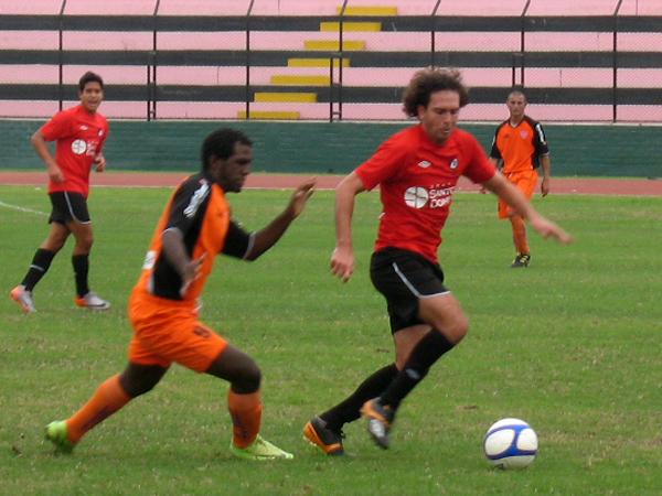 POCAS IDEAS. Carlos Baldo tuvo que bajar hacia el área de su equipo para apoyar en marca. En la jugada es presionado por Joelouis Francos. (Foto: José Salcedo / DeChalaca.com)