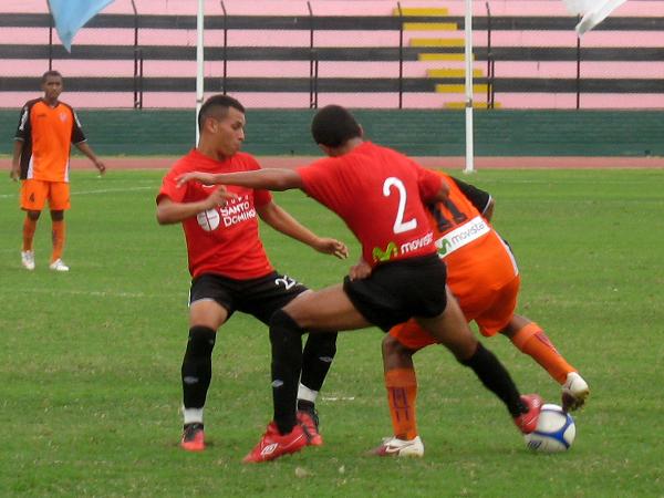 TODO A ÉL. Junior Leonardo lucha con Pedro Diez Canseco y Carlos Leiva. El atacante de Minero fue un dolor de cabeza para la zaga local. (Foto: José Salcedo / DeChalaca.com)