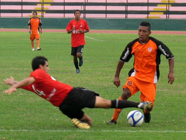 POR POCO. Javier ChirinoS busca quitarle el balón a Erick Sánchez; sin embargo, el rápido jugador de Minero terminó saliendo airoso en la jugada.  (Foto: José Salcedo / DeChalaca.com)