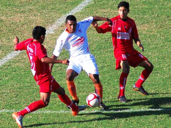 PISANDO FUERTE. Las jugadas divididas y, por consiguiente, las duras faltas se originaron a lo largo del partido. (Foto: Radio Uno de Tacna)