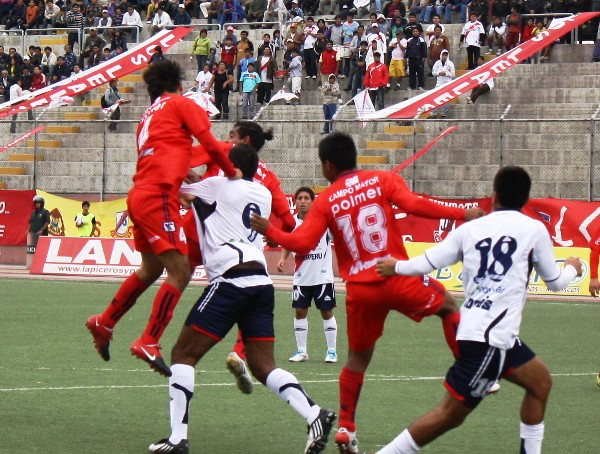 TANQUE EN DEUDA. El balón aéreo fue una constante en Gálvez; por ello, Miguel Silva fue tomado al milímetro por los defensores de Coopsol. (Foto: Diario de Chimbote)