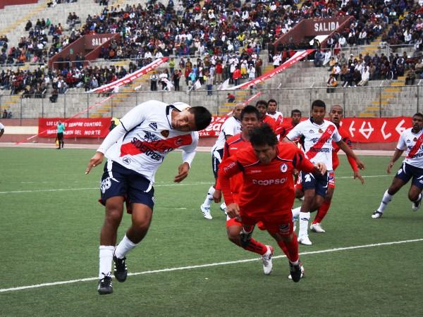 BOMBARDEO. Janio Posito tuvo bastante movilidad en el área. El delantero galvista busco anticipar constantemente a los defensores de Coopsol. (Foto: Diario de Chimbote)