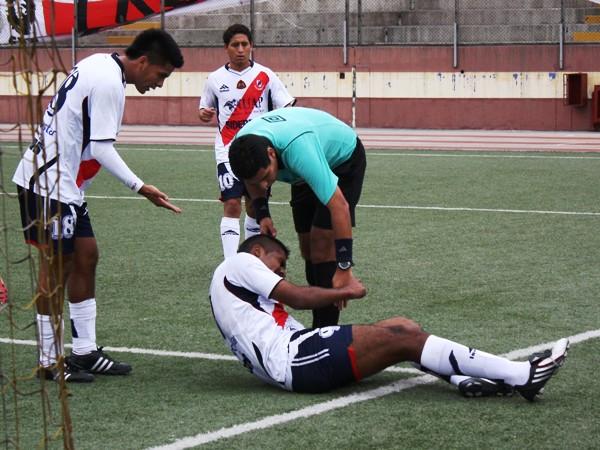 TANQUE ROTO. Miguel Silva sufre una caída aparatosa y se toma la pierna izquierda. Preocupación en el banco chimbotano. (Foto: Diario de Chimbote)