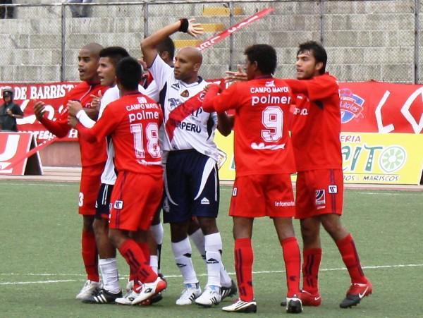 FECHA 10. Juan Carlos Pérez y Javier Salazar iniciaron una trifulca que acabo en la roja para ambos jugadores, a pesar de ello, Gálvez pudo ganar por 3-0 a Coopsol. (Foto: Diario de Chimbote)