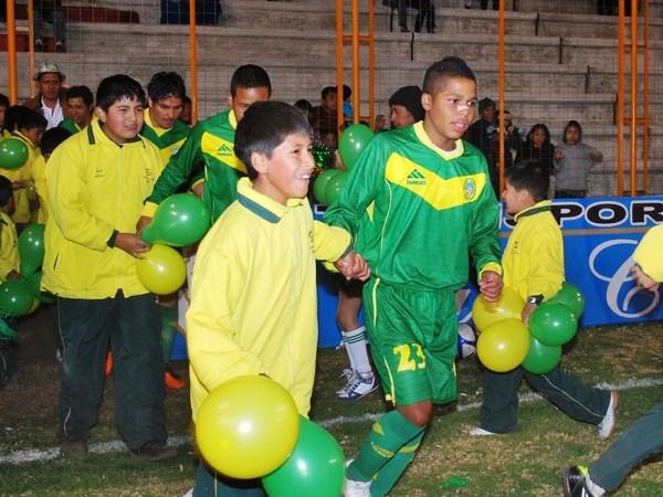MANOS FLOJAS. Carlos Jossimar Gonzales no le lleva muchos años al niño que lleva de la mano. El hijo de 'Mágico' no tuvo su mejor actuación. (Foto: Miguel Guimaray)