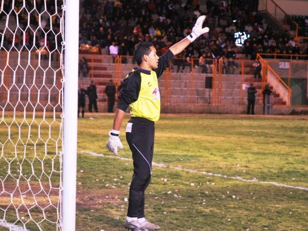 MAL ARMADA. Jorge Bolívar coloca su barrera ante el tiro libre cobrado por Federico Sosa. (Foto: Miguel Guimaray)