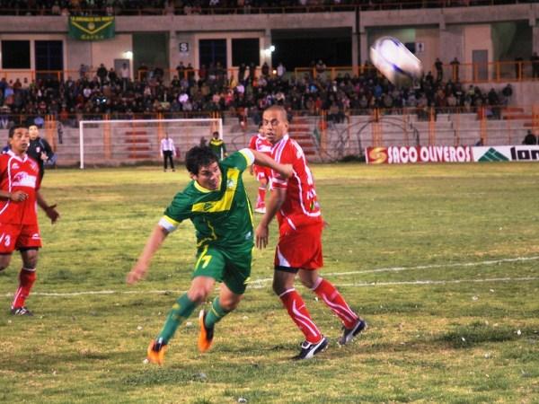 FUSIBLES QUEMADOS. El argentino Natalio Portillo no puedo demostrar su calidad goleadora, pues no encontró la manera de llegar al balón en el área. (Foto: Miguel Guimaray)